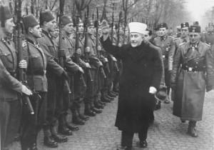 Hadj Amin Al-Husseini, Grand Mufti de Jérusalem et oncle de Yasser Arafat, passant en revue les musulmans bosniaques de la 13ème Division SS de Montagne