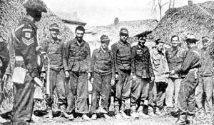 Soldats de la Jewish Brigade gardant des prisonniers allemands en Avril 1945 près de Bologne.