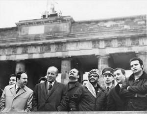 Arafat en Allemagne de l'Est en 1971 devant la porte de Brandebourg et observant Berlin-Ouest.