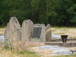 Plaque commémorative sur les ruines d'un four crématoire de la phase II