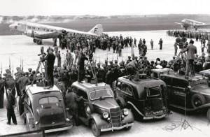 Le vendredi 30 septembre 1938, au Bourget, Edouard Daladier revient de Munich où, croit-on, il a sauvé la paix. Et l'avion n'est pas un Dakota mais un Bloch 220
