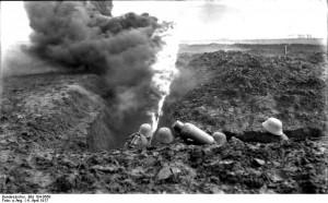 Übung deutscher Soldaten mit Flammenwerfer