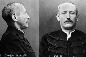 Photos d'incarcération d'Alfred Dreyfus, après sa dégradation, dont il porte encore l'uniforme  déshonoré.