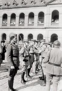 Le Lieutenant-Colonel Dreyfus, au centre, promu Officier de l'Ordre de la Légion d'Honneur, le 11 septembre 1919 aux Invalides