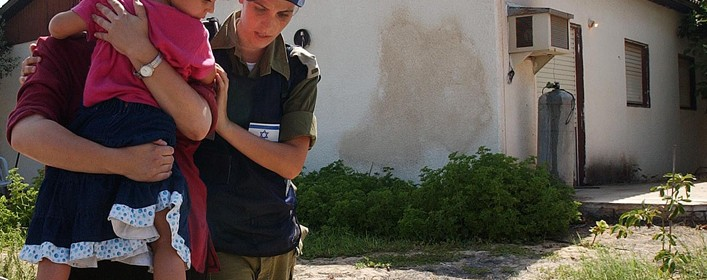 An Israeli soldier evacuate a baby