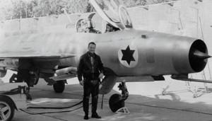 Danny Shapira devant le MiG-21F