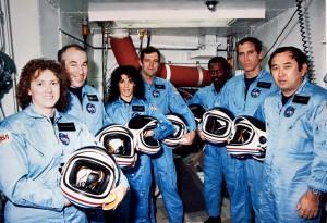 L'équipage de STS-51L, Judith Resnik est la troisième en partant de la gauche.